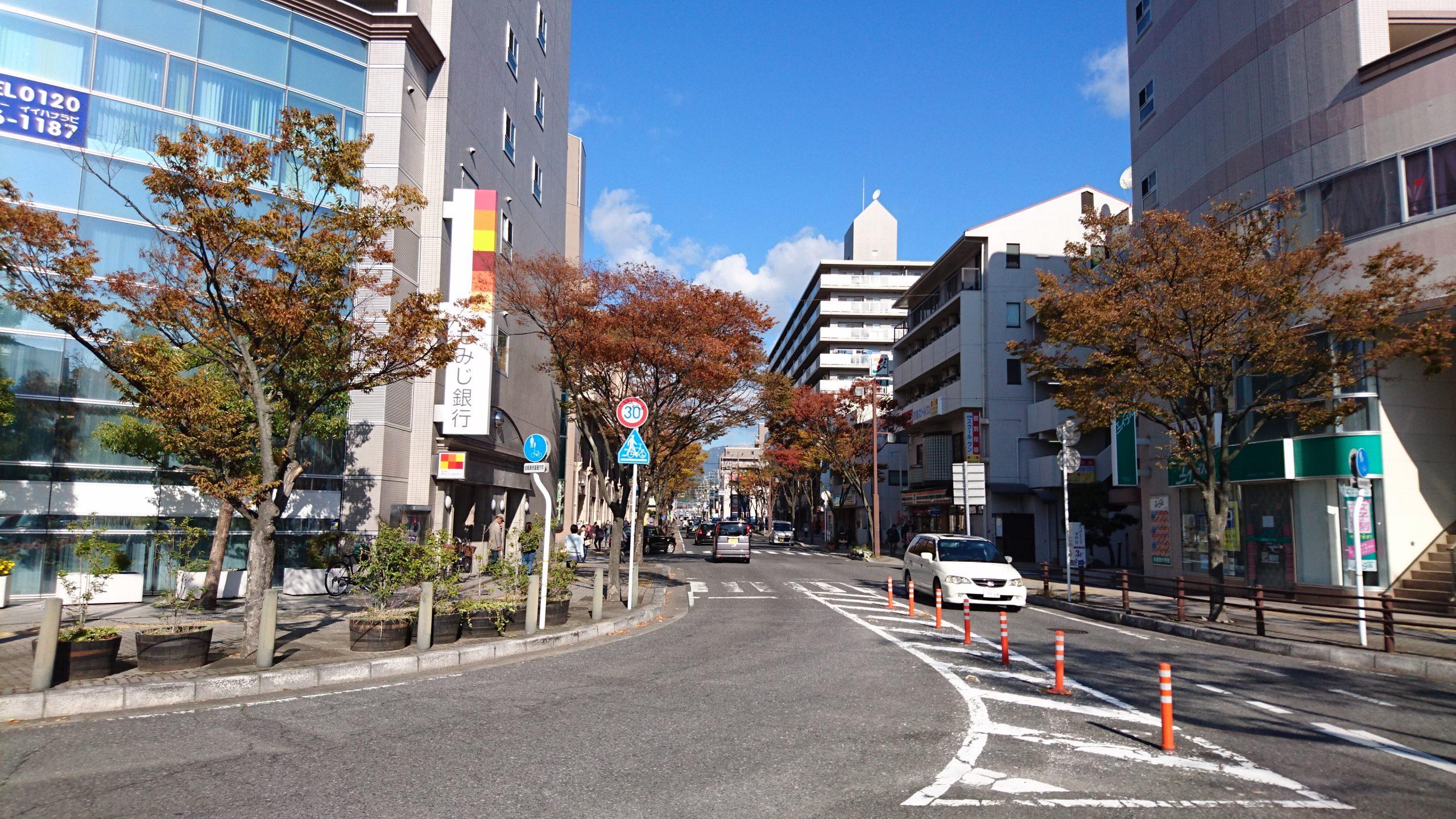 JR五日市駅前の北口を出てロータリー真正面の道へ